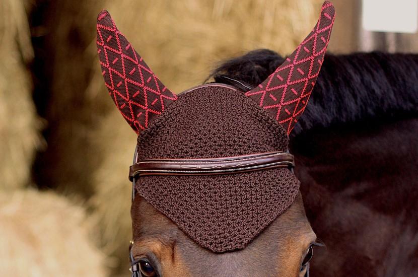 Tacante Bonnet INFI KNIT marron allover rouge porté