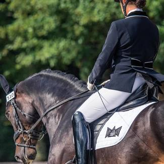 L'écusson Tacante X @lamantia_couture_ existe aussi en noir 🖤🖤🖤 Rendez-vous sur tacante.Com  📸 @xelashooting  // #tacante #lamantia #dressage #dressur #equestrianstyle #madeinfeance #elegance #ecoresponsable #equzstrian #pferd