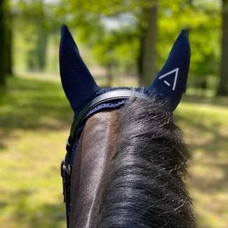 [Tacante Product] Focus sur nos bonnets INFI-KNIT 👀 2️⃣ motifs : A et All-Over 3️⃣ tailles : S, M et L 4️⃣ coloris : bleu marine, marron, gris et noir  ♾ de déclinaison.  Quel bonnet va bientôt rejoindre la tête de votre cheval ? 😉  #tacante #tacantefamily #product #bonnetcheval #flyveil #earnet #horseriding #equestrian #equestrianstyle #3dknitting #infiknit #ecoresponsable #sustainable #ecoresponsable #rse #csr #madeinfrance