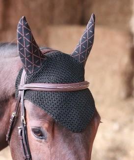 [INSTANT PRODUIT] Nos bonnets INFI-KNIT sont les premiers bonnets tricotés en 3D tenant parfaitement en place sur la tête du cheval 🐎 Toutes les tailles et coloris seront de nouveaux disponibles la semaine prochaine. En attendant, vous pouvez les précommander sur notre site internet 🌿  🇬🇧 Our INFI-KNIT ear net are the first ever 3D-knitted. They stay in place on the horse's head 🐎 Every sizes and colors will be back in stock next week. You can pre-order on our website 🌿  Nos produits sont: 🇨🇵Made In France 🌿Durables 🐎Techniques et Respirants  Our products are: 🇨🇵Made In France 🌿Sustainable 🐎Technical and Breathable   ---------------------------- #tacante #tacantefamily #horse #horseriding #sustainable #equestrian #equestrianlife #equestrianstyle #saddlepad #madeinfrance #rse #cheval